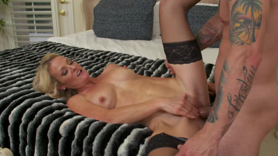Cougar Sydney Hail seduces and fucks the delivery guy
