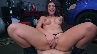 Garage mechanic Valentina Jewels offers nice bonus for some extra cash