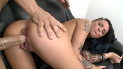 Petite nympho Christy Mack gives her mouth and pussy to pound