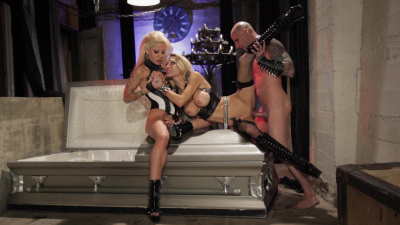 Buxom blondes Helly Mae and Sarah Jessie share one cock